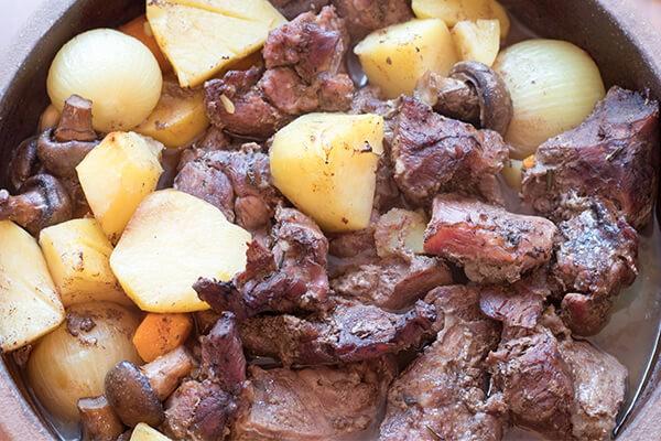 Zemljani sac sa pecenim mesom i povrcem