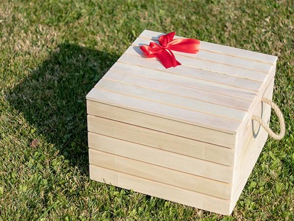 Drvena poklon gajbica sa crvenom masnom
