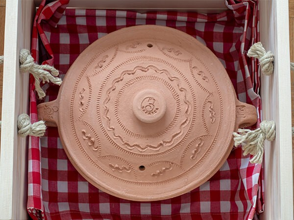 Poklon set zemljana šerpa u drvenoj gajbici