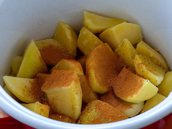 Kuvani krompir posut mlevenom paprikom