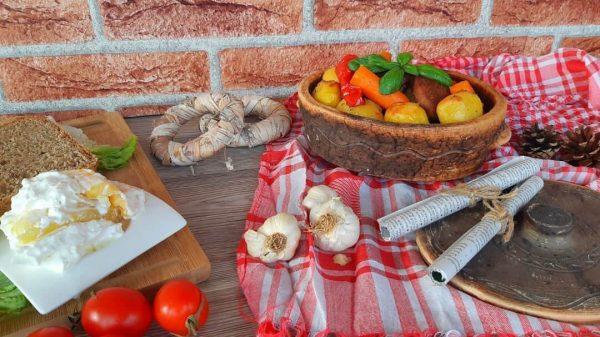 Zemljani pekač na stolu